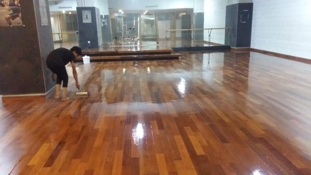 memasang lantai kayu parket