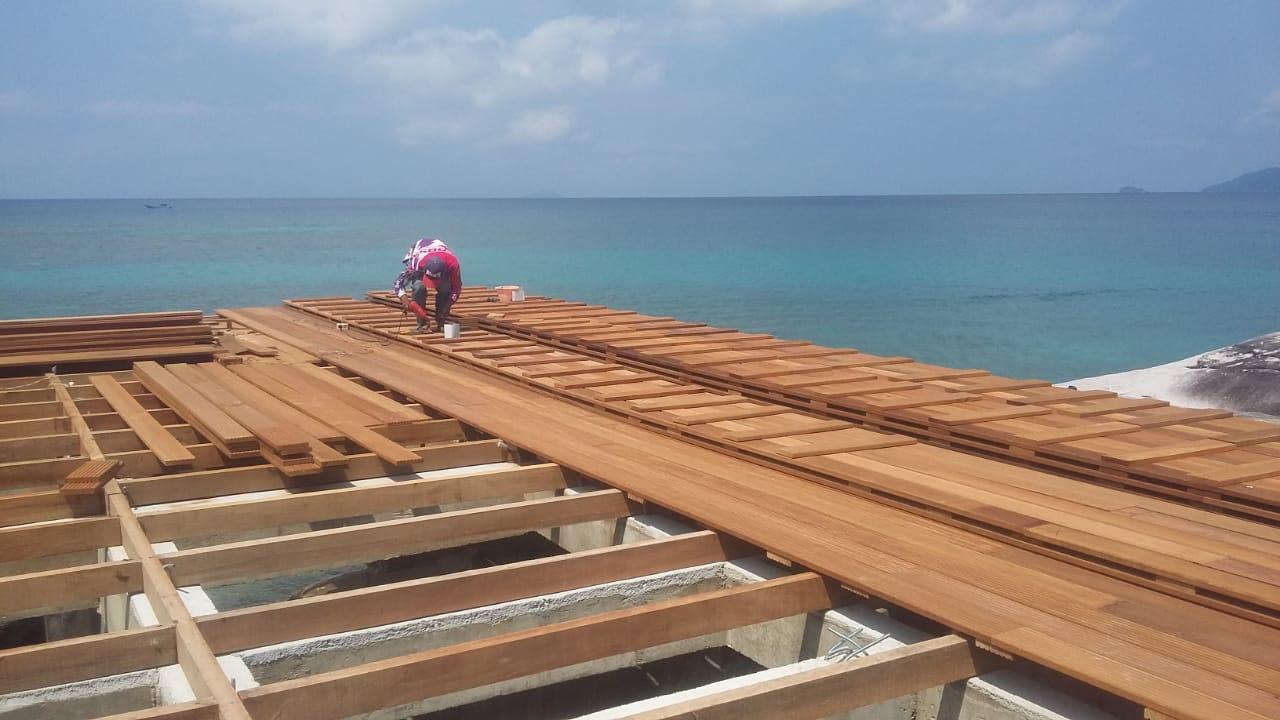 memasang decking kayu